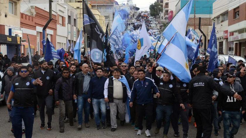 Estatales de Chubut siguen de paro y bloquean los accesos a los yacimientos de petróleo