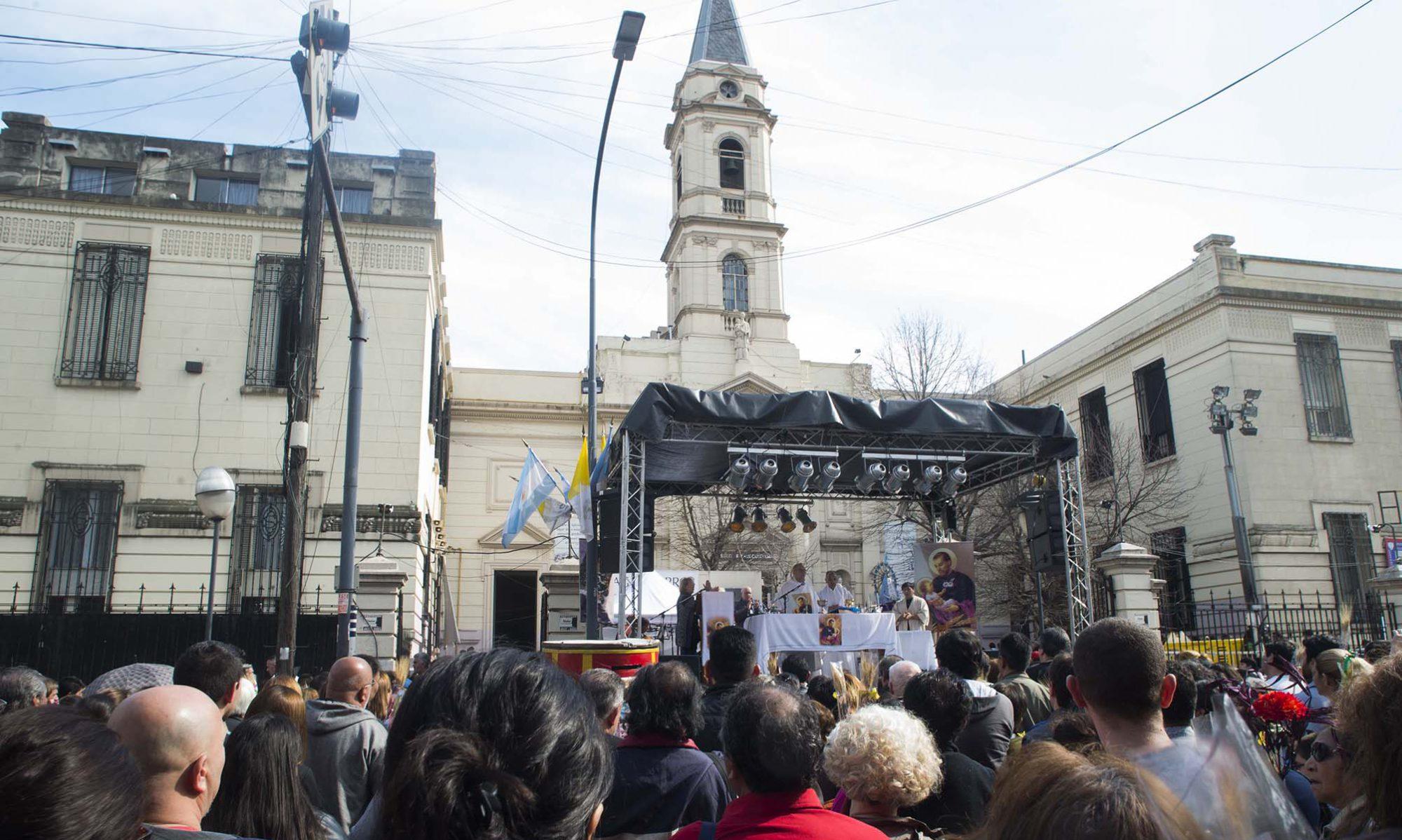 Miles de fieles veneran a San Cayetano