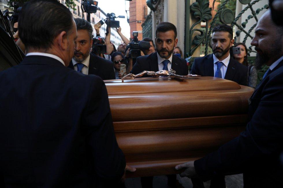 Miles de personas despiden los restos de Camilo Sesto